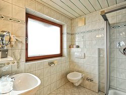 Bad im Dreibettzimmer