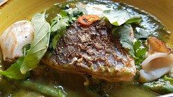 Detalle de la corvina en el curry verde