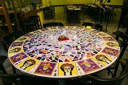 Mesas decoradas com mosaicos.