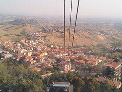 Stupendo panorama che si gode salendo con la funivia dal parcheggio fino al centro storico di San Marino.