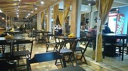Burger assado no charbroiled, chopp artesanal gelado, refil de refrigerante ou refil de chá.  Porções e sobremesas que você precisa vir provar