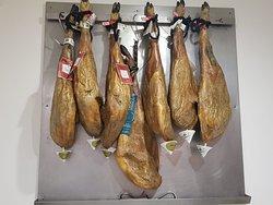 El Jamón Ibérico forma parte de nuestra dieta y un buen plato acompañado de un vinito o una caña no puede faltar...