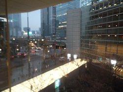 中庭と東京駅方向を見る。