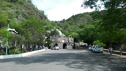 calle principal para ascender a la gruta