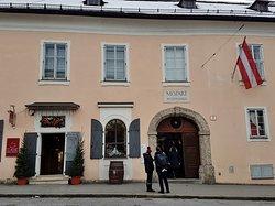 Mozart Wohnhaus in Salzburg. Hier lebte W.A. Mozart mit seiner Familie bis er nach Wien zog. Im Gebäude befindet sich ein Museum, das Mozart Film- u. Ton Archiv und ein kleiner Museums-Shop.