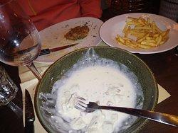 Diner castrophique expédié nourriture infâme a part les huitres les serveurs et serveuses fatigués