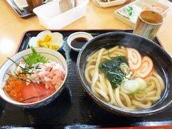 海鮮丼ミニとうどん。うどんは柔らかめで、富山独特のかまぼこ入り。
