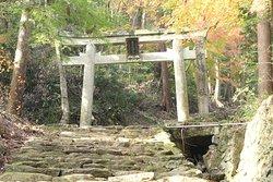 分岐から見た雨宮龍神社方面の鳥居。かなりキツイ山道だそうです。