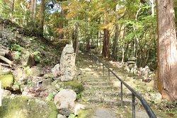 分岐点から石馬寺の本堂のある場所までさらに激しい石段が続きます。