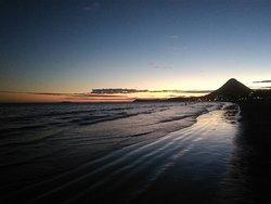 Vista do monte Agha ao fim do dia na praia de Piúma.