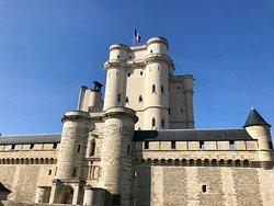 Le donjon du château de Vincenne, érigé par Philippe VI de Valois, est la seule résidence d'un souverain du Moyen Âge conservée en France.