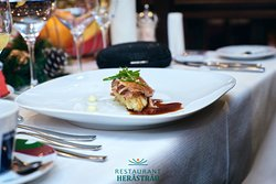 Piept de rață cu sfeclă coaptă, micro salată și piure Robuchon
