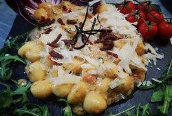 Gnocchi di patate con crema ai funghi freschi, scaglie di grana e speck croccante