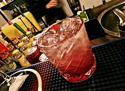 """""""Aceddu n'ta iaggia"""" -Pink gin, sciroppo ai frutti rossi, succo di limone, soda ai petali di rosa-"""