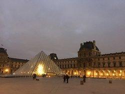 Museo del Louvre, alle 8 di mattina.