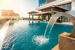 Un ambiente ideal para disfrutar de momentos de relajación y diversión. Nuestra piscina ubicada en el piso 13 con una vista panorámica de la hermosa ciudad de Barranquilla.