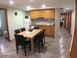 Salón-cocina en casa rural Bielas y Pistones