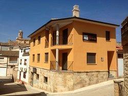 Vista exterior de casa rural Bielas y Pistones en Castelserás, Teruel