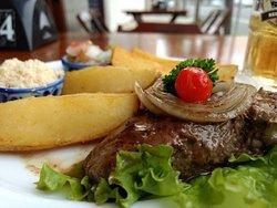 Grill de filé mignon com batatas, farofa e vinagrete. Muito bom e com preço justo