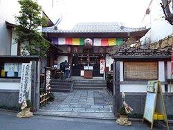 湯島天満宮の男坂を下ると直ぐに左手にこの寺院があります。