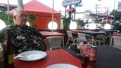 Mesa aonde comemos numa esquina com vista para duas ruas.