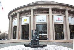 vue générale du bâtiment CESE et sculpture