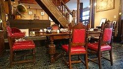 薬師湯に隣接する震湯カフェ内蔵丞(くらのじょう) のカレーとレトロな趣の店内の写真