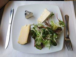 Assiette de fromages et salade