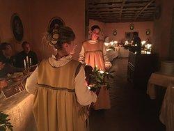 ... la presentazione delle vivande da parte delle ancelle ...