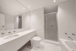 vibe hotel sydney executive and master room bathroom