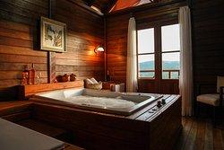 Suíte com banheira dupla e sacada