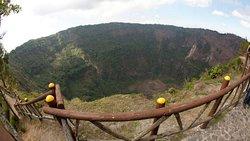 Parque Nacional El Boquerón, ubicado a 20 minutos de la capital, sobre el volcán de San Salvador.  Parque oficialmente consagrado en el año 2008. El parque ofrece una caminata a través de senderos demarcados donde se puede apreciar  la belleza de la flora cultivada en el lugar que armonizan con los bosques de pinos que escenifican impresionantes vistas del cráter