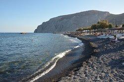 Tmavá oblázková pláž Kamari