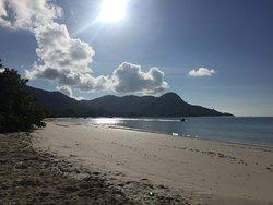 La playa del hotel por la mañana.