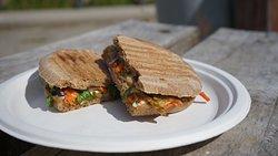 Panini veggie,  hecho con pan de masa madre. Opciones vegetarianas y veganas.