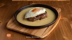 Prego em prato bife do lombo com molho mostarda.