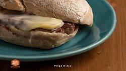 Prego em pão bife do lombo com queijo da serra.