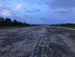 Piste de l'aéroport de Makin et vue de l'îlot principal de l'atoll