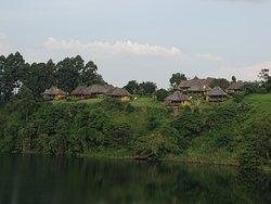 Lodge gezien vanuit de overzijde van het meer