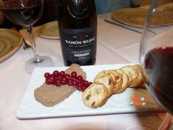 De la vinoteca elegirás y el aperitivo te pondrán