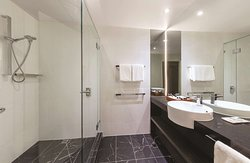 adina apartment hotel melbourne three bedroom apartment bathroom