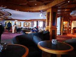 Hotel lobby und Chalet Stube zum verweilen mit Kamin und Bar