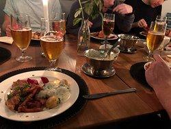 Stegt flæsk med persillesovs, små kartofler og hjemmesyltede rødbeder. Klassisk, enkel ret i høj kvalitet