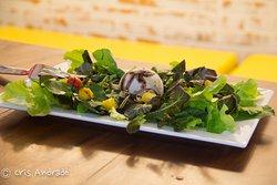 deliciosa salada com gelato salgado de gorgonzola