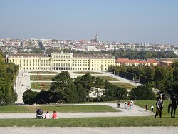 カフェの前から見たシェーンブルン宮殿とウィーンの街