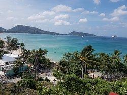 Utsikt över Patong beach från översta poolen.