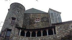 Au pied du château, magnifique demeure