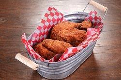 Tenemos una cubeta con medio pollo que incluye pechuga, pierna, muslo y ala en receta Original, acompañado de puré de papa y ensalada de col