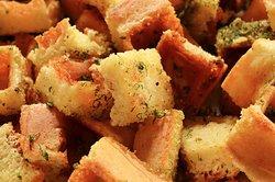 Los waffle bites son una deliciosa opción para botanear, con ajo, pimienta, perejil y sal