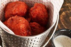Boneless, deliciosos trocitos de pechuga que preparamos en casa, ya sean con salsa Búfalo o con BBQ